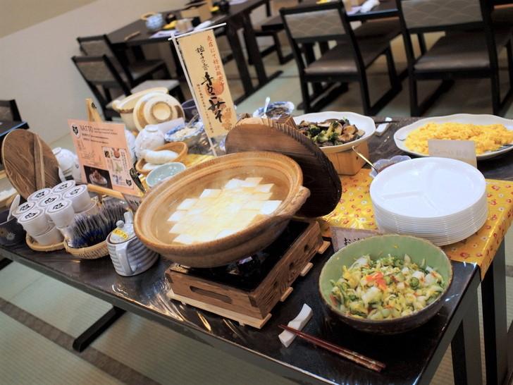 朝食ブッフェコーナーでは地元の豆腐や手作り惣菜がズラリ