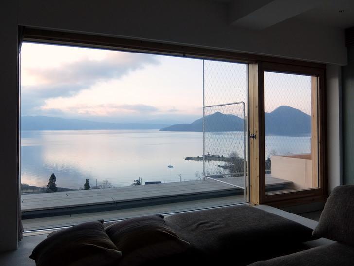 客室の窓から見る明け方の眺め