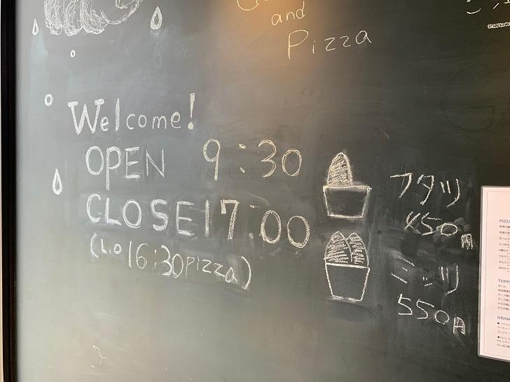 営業時間がかかれた黒板はイラストもかわいかった曜定休