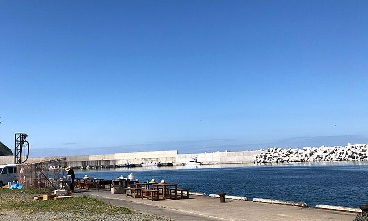 この港の中に青空BBQのお店があると、誰がわかるのでしょう?
