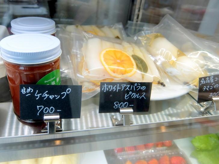 店舗入口で購入できる野菜や管もあの、手作り加工品