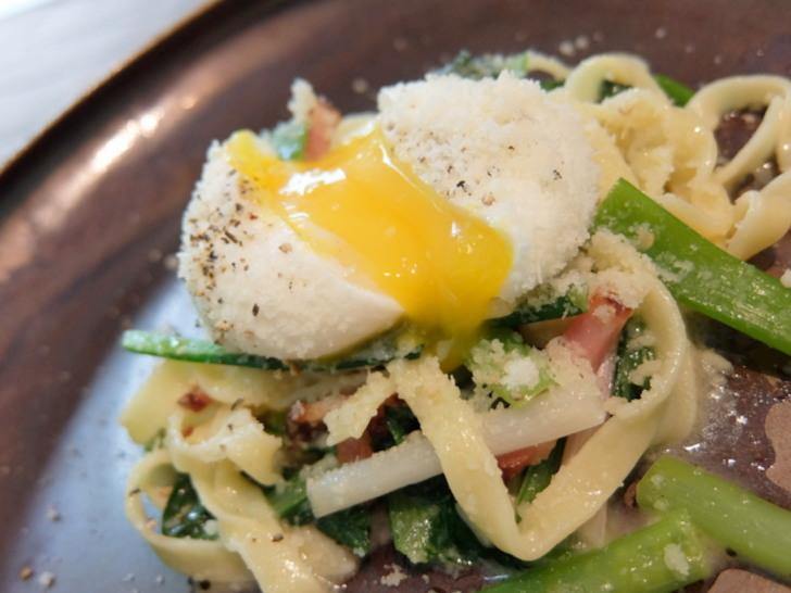 小松菜のパスタの上にのった半熟卵