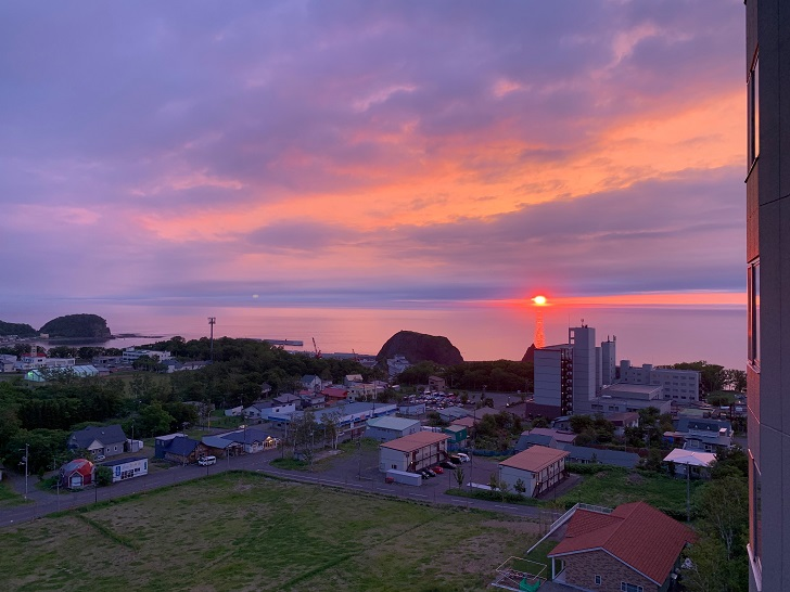 知床第一ホテル客室から眺める夕陽の写真