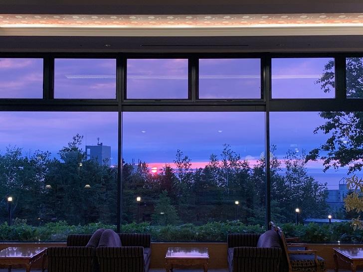 知床第一ホテルラウンジから眺める夕陽の写真