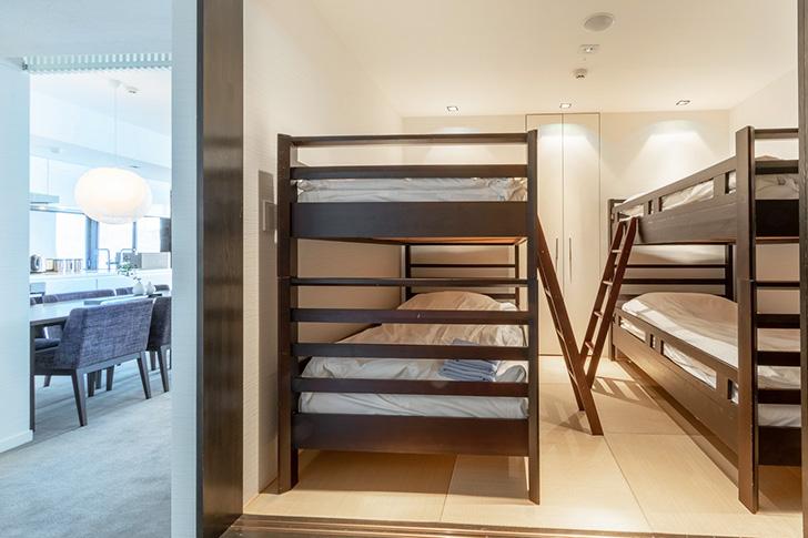 二段ベッドを配したファミリールームの寝室