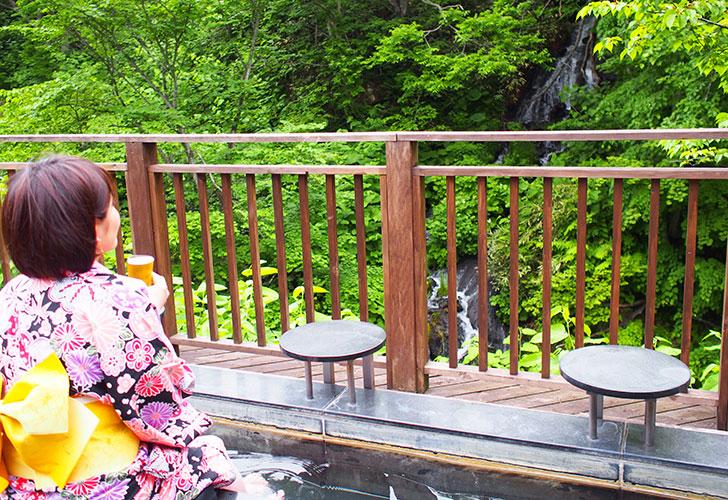 滝を見ながら足湯