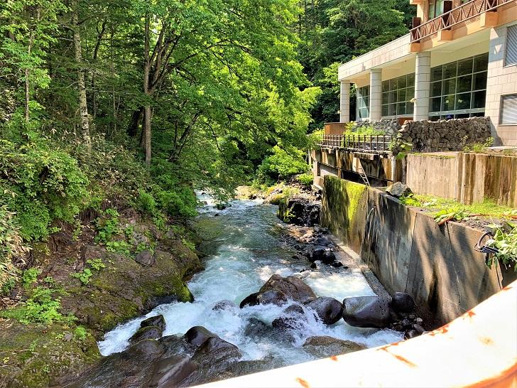 露天風呂のすぐ横を流れる川