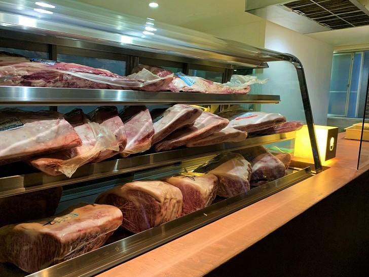 旅籠屋 定山渓商店内の定山渓精肉店のショーケースの写真