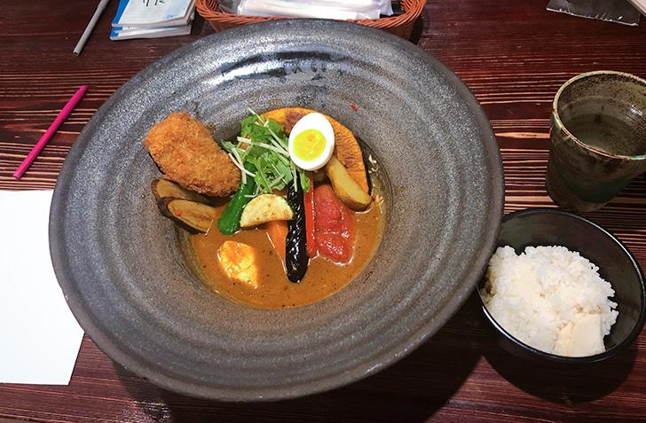 海老スープがいい香りの、奥芝商店・野菜カリー