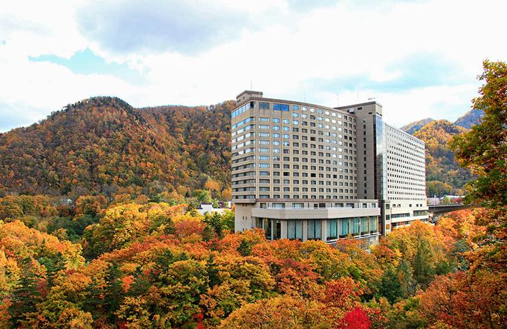 紅葉に彩られる定山渓ビューホテルの外観