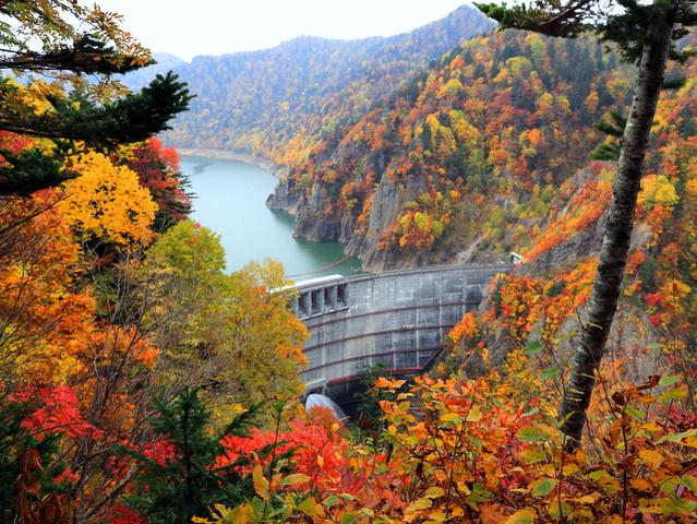 見事な紅葉の豊平峡ダム