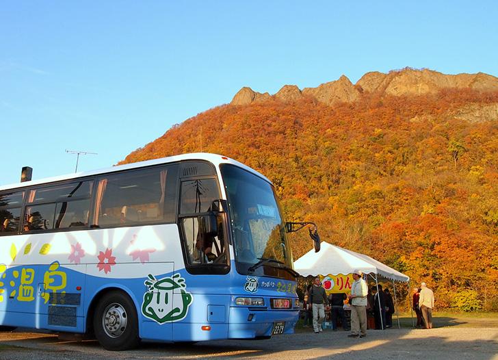 無料シャトルバスと紅葉の八剣山