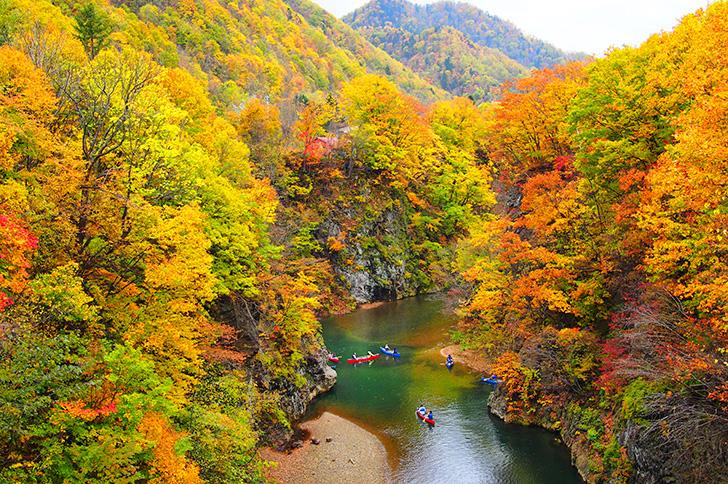 定山渓温泉の川と紅葉の渓谷