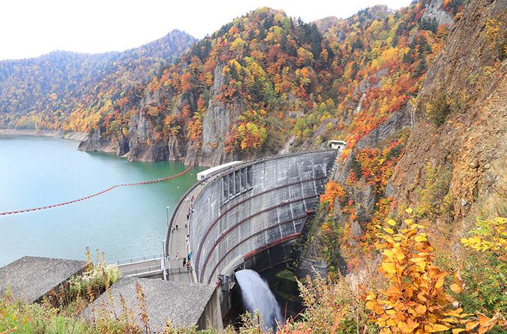 放流中の豊平峡ダムと美しい紅葉