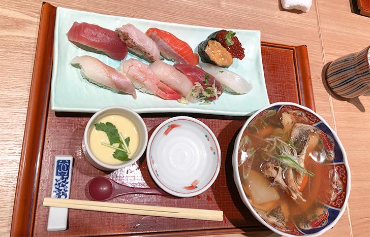 お寿司10貫と茶碗蒸しと粗汁の付いた花まるのランチセット