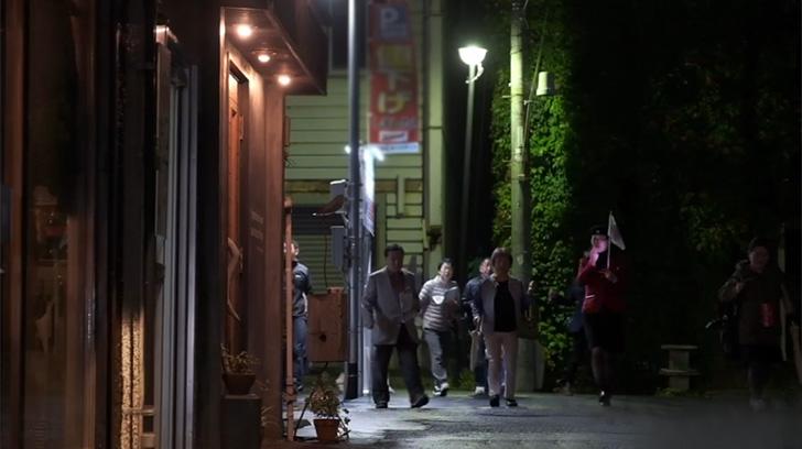 梁川通りを歩く参加者たち