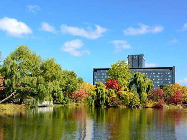 紅葉の中島公園から見た札幌パークホテル