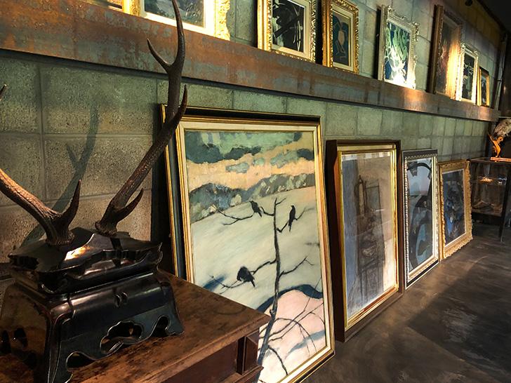 地下のギャラリーに並ぶ油彩