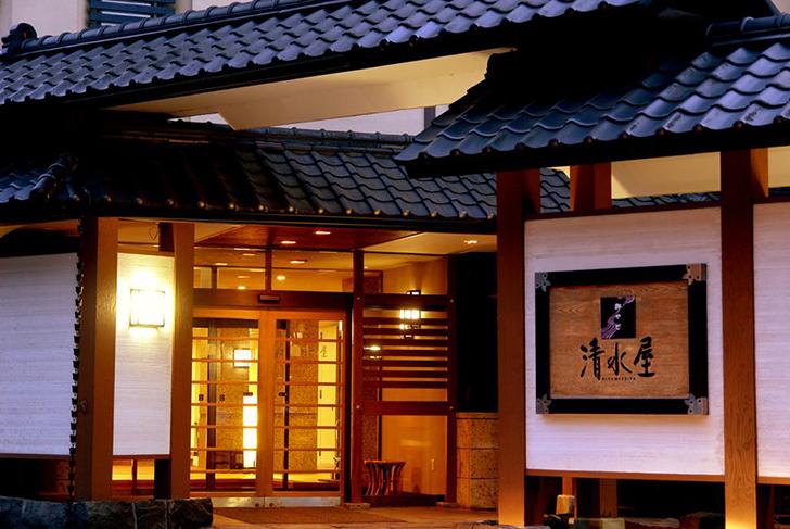 灯りの灯る和風旅館、御やど清水屋の入口
