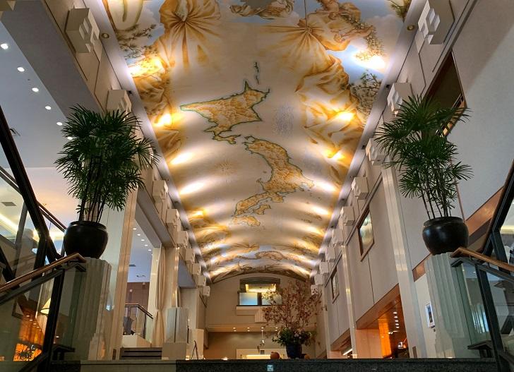 フロント天井の絵画の写真