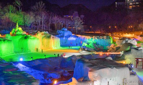 ライトアップされ幻想的な氷瀑まつり会場