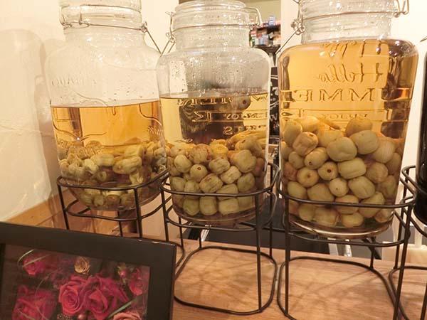 梅酒のような果実を漬け込んだ瓶が並ぶ