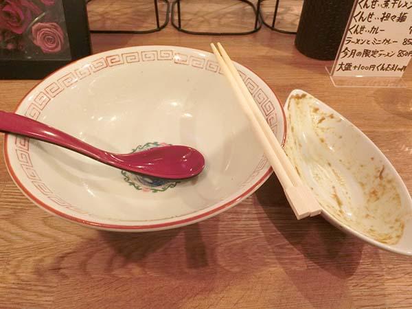 スープまで飲み干したラーメン丼と完食したカレー皿