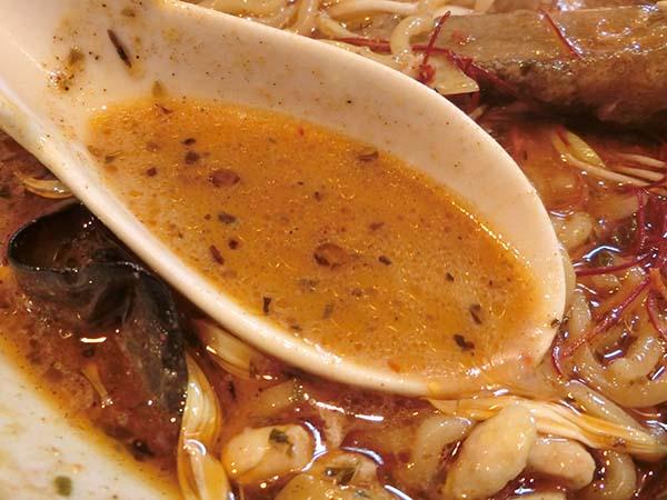 色々なスパイスが見えるスープのアップ