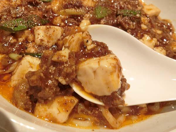 麻婆豆腐をレンゲですくったところ