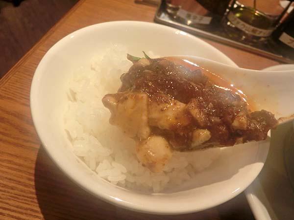 麻婆豆腐を載せたご飯