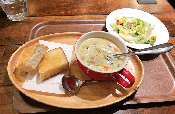 CAFE YOSHIMIのクラムチャウダーとサラダ