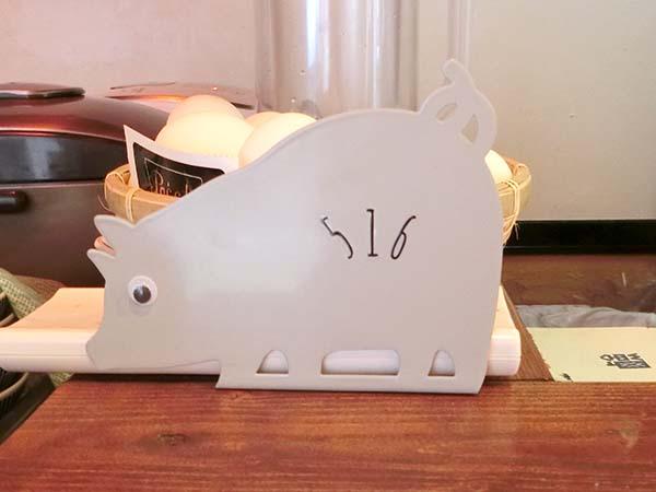 ブックエンドのような豚の置物。516と書かれている