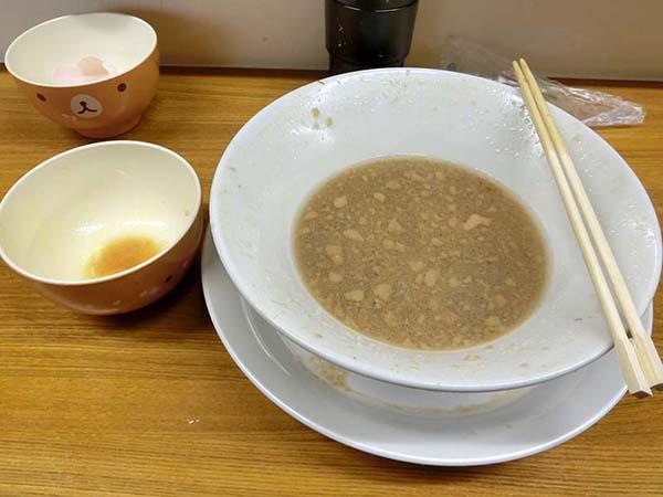 食べ終わり、スープが少し残った丼