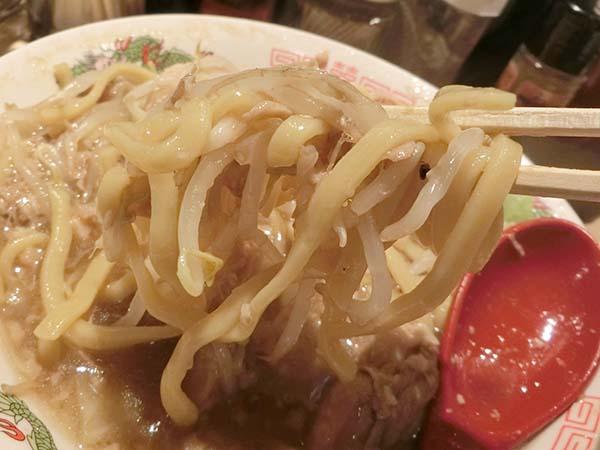 麺をすくいあげた写真