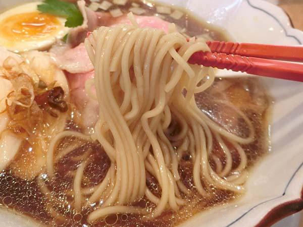 スープが絡んだ細目の麺