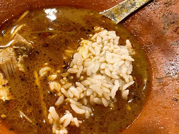 スープにご飯を浸すところ