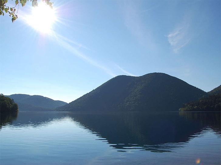然別湖と湖のシンボル「くちびる山」