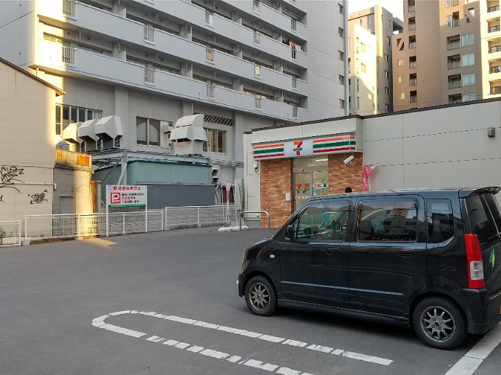 ホテル横のコンビニエンス